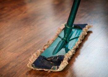 Cómo desinfectar el suelo de parquet de Covid